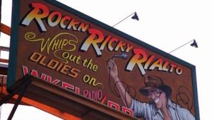 Enda þótt sjálfsvísanir séu aðall Gremlins 2, þá vísar Steven Spielberg í eigin verk í fyrri myndinni. Don Steele, sem fer með hlutverk Rockin Ricky Rialto, sést aldrei í myndinni. Velkunnugir munu þó þekkja svipinn og röddina og tengja við myndina Death Race 2000 (1975) með David Carradine og Sylvester Stallone.
